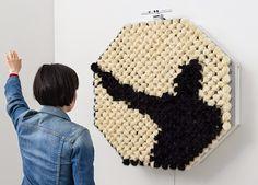 Instalação interativa feita com bolas de pêlo recria a figura de quem a observa.