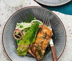 Denna dillstekta lax nästan smälter i munnen och smakar fantastiskt med den fluffiga, lena potatismosen som piffats med gröna ärtor. Servera fisken och ärtmoset med en krispig sallad gjord på romansalladsblad, tunt skuren rödlök och en vitvinsvinägrett vars friska syrlighet gifter sig fint med fisken. Kvällens middag tillagas i ett nafs och smakar gott. En perfekt vardagsrätt helt enkelt!