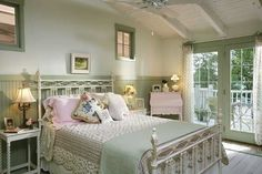 A shabby chic bedroom decor gives the past days and epochs a romantic and nostalgic touch. You do not have to spend a fortune to create a shabby chic atmosphere. Cottage Chic, Country Cottage Bedroom, Cottage Style Bedrooms, Style Cottage, Shabby Chic Living Room, Shabby Chic Bedrooms, Shabby Chic Homes, Country Living, Romantic Cottage