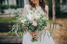 Blush, ivory and greenery bouquet. We love when brides choose to have a more loose bouquet look instead of a traditionally tight bouquet. Bridal Flowers, Flower Bouquet Wedding, Bouquet Champetre, Wedding Planner, Destination Wedding, Sustainable Wedding, Wedding Abroad, Life Design, Wedding Trends