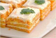 🔸 На 100 гр - 125 ккал 🔸 белки - 7 🔸 жиры - 3 🔸 углеводы - 16🔸  Ингредиенты:   Для коржа:  • крупная морковь (250 г)  • овсяная мука (молотые хлопья) 8 ст. л.  • яичный белок 2 шт.  • мед 1 ст. л.  • кокосовая стружка 1 ст. л.   Для крема:  • молоко обезжиренное 300 мл  • яичный желток 2 шт.  • творог обезжиренный 150 г  • ванилин, мед по вкусу   Приготовление:   1. Взбить белки с щепоткой соли до белых пиков. Оставить.  2. Натереть морковь, к ней добавить мед, муку, кокосовую стружку…