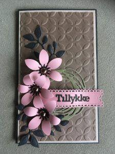 TEMA – Embossingfoldere: Embossed baggrund i stedet for mønsterpapir Embossing Folder, Flower Cards, Silhouette Cameo, Cardmaking, Birthday Cards, Far, Paper Crafts, Tim Holtz, Flowers