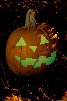 """Halloween-juhlat tulossa? Maalaa kurpitsa pimeässä hohtavalla Taika Glow -lakalla, vieraat varmasti yllättyvät :) ohje: http://instagram.com/tikkurila_suomi  #tikkurila #taikaglow #halloween """"kurpitsa #pumpkin"""