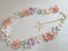 コーラルピンクの薔薇の花・クレマチス・アスター・パンジーや小花などをたっぷりと飾ったネックレスです。 長さは約90cm。チェーン部分を長く約20cmとってあり...|ハンドメイド、手作り、手仕事品の通販・販売・購入ならCreema。