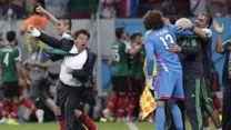 O treinador mais carismático da Copa do Mundo, Miguel Herrera comemorou o gol do México contra a Croácia.23/06/2014.