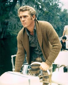 A main staple in Steve McQueen's wardrobe were his casual knit cardigans. With effortless style, McQueen … Steven Mcqueen, Hot Men, Hot Guys, Steve Mcqueen Style, Vanity Fair, Mode Man, Ivy League Style, Charles Bronson, Style Outfits