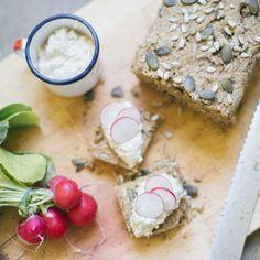 Questo pane ti conquisterà. Senza glutine e senza lievito è leggero e nutriente allo stesso tempo. Il perfetto accompagnamento per ogni tua pietanza.