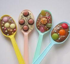 Süßes Mitgebsel für den Kindergeburtstag im Kindergarten. Schokolade erwärmen und auf Löffel gießen dann beliebige Süßigkeiten drüber streuen