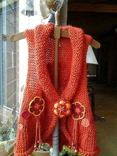 Tejidos Free Knitting, Knitting Patterns, Crochet Hooks, Knit Crochet, Vest Pattern, Chrochet, Beaded Embroidery, Crochet Projects, Sweater Cardigan