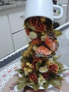 O Lado de Cá: Como fazer uma Cascata de flores em xícara para de... Tea Party Centerpieces, Floral Centerpieces, Floral Arrangements, Teapot Crafts, Cup Crafts, Cup And Saucer Crafts, Floating Tea Cup, Floating Flowers, Pine Cone Crafts