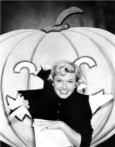 """Que scare-ah, scare-ah…"" Doris Day, mid-1950s. Halloween photo"