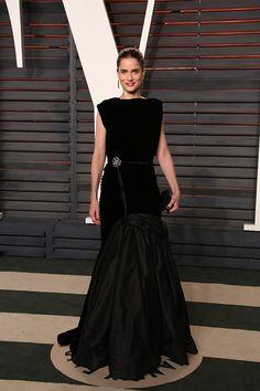 "0aaff3a68d992f ""Amanda Peet in an Oscar de la Renta black velvet and silk radzimir draped  gown at the last night"""