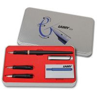 Auf dem Bild ist ein Schönschreibset joy von Lamy mit folgendem Inhalt zu sehen: 1 schwarzer Füller mit silberner Kappe, 1 Päckchen blaue Patronen und 2 Ersatzfedern. 30541 42,00
