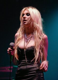 Image shared by Martin. Find images and videos about Taylor Momsen and the pretty reckless on We Heart It - the app to get lost in what you love. Pretty People, Beautiful People, Heavy Metal Girl, Women Of Rock, Rocker Girl, Punk Outfits, Girl Crushes, Girl Fashion, Celebs