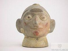 Botella gollete asa estribo escultórica huaco retrato de personaje con penacho sobre la frente, pintura facial con diseños geométricos y ore...