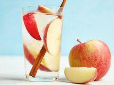 Limonadele detoxifiante din apă și fructe au crescut foarte mult în popularitate în ultimii ani, mai ales în rândul celor care caută metode simple sau tabieturi zilnice sănătoase pentru a slăbi.    Apă cu măr și scorțișoară …
