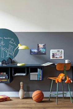 Werkkamer / speelkamer: lange plank met hangende kastjes