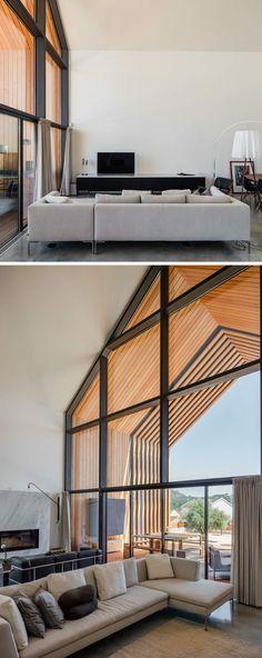 wohnzimmer hohe decke spitzdach fensterfront veranda aus holz überdacht