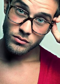 Oh wow *_*  Those eyes with those glasses, not to mention his lips and that beard!