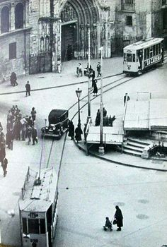 Plaza de la Virgen. En aquella época aún pasaban coches y tranvías... Barcelona, Alicante, Plaza, Jaguar, Nostalgia, Spain, Street View, Black And White, Photography