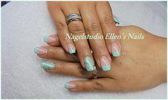 Mint French Manicure met filligree en studs op de ringvingers