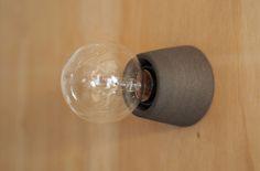 【素のままのあかり】¥2,592(画像は黒土) 裸電球を美しく見せるのは、素焼きのレセップ。土本来の素朴な質感です。複数並べての使用もおすすめ。