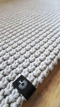 Gruby, mięsisty dywan, wykonany ręcznie na szydełku dwustronnym splotem z bawełnianego sznurka (90 x 150 cm). Pięknie się układa, można go prać w pralce, świetny jako dodatek do wnętrza w stylu skandynawskim, idealny jako mata do jogi, zabawy dla dzieci. Ciepły i przyjemnie miękki. #dywan #sznurek #sznurka #sznurkowy #bawełniany #rękodzieło #diy #szydełko #szydełkowane #naszydełku #szary #skandynawski #styl #wnętrza #handmade #carpet #crochet #grey #scandi #style #scandistyle #chabbychic