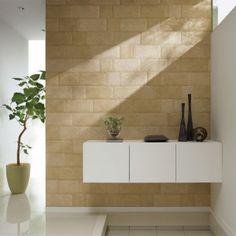 壁に「エコカラットプラス」を用いれば、気になる臭いとじめじめとした湿気がスッキリ。日常の汚れなら、水拭きや洗剤でキレイになります