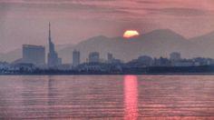 2015/03 /31 6:20 博多湾日の出中です。 Cloudy morning  at  Hakata bay in Japan
