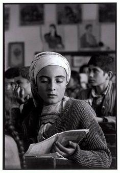 Σχολική τάξη στην Ολυμπο Καρπάθου το 1964  Διαβάστε όλο το άρθρο: http://www.tilestwra.com/30-spanies-ke-nostalgikes-fotografies-apo-tin-ellada-tou-chtes/