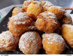 Jablko nastrouháme na hrubším struhadle, mrkev na jemném. Přidáme vejce, jogurt a všechny zbývající suroviny.Vymícháme těsto, které nabíráme... Czech Recipes, Ethnic Recipes, Pan Dulce, Pretzel Bites, Cake Recipes, Cheesecake, Sweets, Bread, Food And Drink