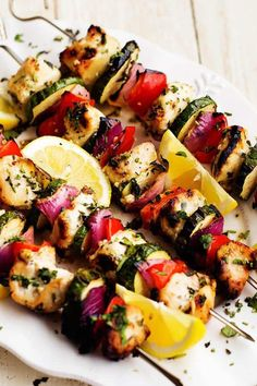 So colorful and looks delicious! Herbed Lemon Garlic Chicken Skewers – The Recipe Critic Light Summer Meals, Lemon Garlic Chicken, Skewer Recipes, Barbacoa, Chicken Skewers, Shrimp Kabobs, Cooking Recipes, Healthy Recipes, Quick Recipes