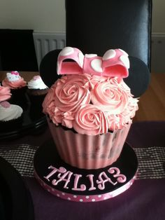 @Claudita Ewell Aduviri I can make something like this too! I have the giant cupcake mold!