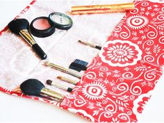 To make this DIY makeup brush roll we utilize a purchased napkin, keeping the effort and sewing to a minimum, since all edges are finished for us!