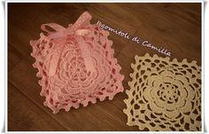 Questa carinissima piastrella con fiore è ideale per realizzare sacchettini portaconfetti a uncinetto. Clicca sulla foto per le spiegazioni.