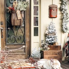 33 Newest Christmas Decorating Ideas That Will Spark Your Creativity 20 – The Best DIY Outdoor Christmas Decor Country Christmas Decorations, Farmhouse Christmas Decor, Primitive Christmas, Rustic Christmas, Xmas Decorations, Christmas Ideas, Christmas Front Doors, Christmas Porch, Small Porch Decorating