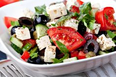 The Mediterranean Diet and its Focus on What How and Where to Eat. It is great for weight loss! Try This Spaghetti Swap Why You Should Be Eating a Mediterranean Diet Easy Greek Salad Recipe, Greek Salad Recipes, Heart Healthy Recipes, Healthy Snacks, Healthy Eating, Clean Eating, Delicious Recipes, Mediterranean Cookbook, Feta Salat