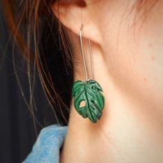 Be in the trend in the charming leaf monstera earrings)