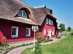 Ein echter Blickfang in der malerischen Landschaft aus Hügeln, Wasser und Wäldern ist Karolas Landhus auf Rügen. #Ostsee  #Ferienhaus #Urlaub #Auszeit #Erholung #Ferienwohnung #travel #holidays