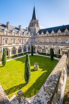 L'abbaye Saint-Martin de Ligugé est un monastère de moines bénédictins Il s'agit de la plus ancienne abbaye connue de la Gaule, fondée au 4ème siècle par Saint-Martin. Les fouilles ont permis de dégager un ensemble d'édifices préromans : villa gallo-romaine...