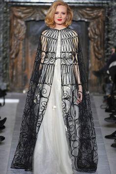 Vestidos com capas para convidadas e madrinhas | O blog da Maria. #casamento #vestidos #capas #acessórios #convidadas #famosas #Adele