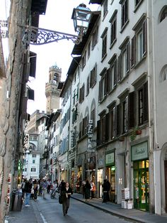 Florence, Tuscany: The Via dei Neri ist our intimate shopping streets near the Palazzo Vecchio, with small shops, old palazzi and thousands of Italian flair. #florence #viadeineri #pallazzovecchio #tuscany #italy