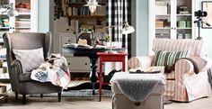 """Wohnzimmer für zwei mit zwei STRANDMON Ohrensesseln mit Bezug """"Svanby"""" in Grau, Hocker, Ablagetischen und Bücherregalen"""