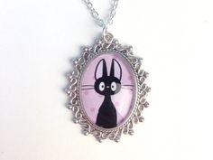Este collar de Jiji porque El delivery de Kiki es tan bueno como El viaje de Chihiro. | 27 regalos que una chica de los noventa querrá quedarse para ella