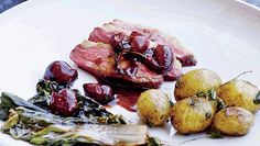 Andebryst er mørt og lækkert kød, som kan spises året rundt, hvis du tilpasser tilbehøret til sæsonen, som her, i portvinssauce med kirsebær
