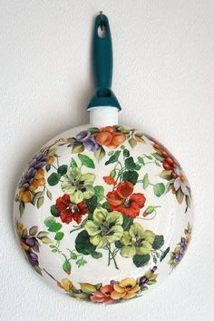 From old frying pan to new kitchen decoration. Handmade Crafts, Diy And Crafts, Crafts For Kids, Arts And Crafts, Paper Crafts, Decoupage Furniture, Decoupage Vintage, Decoupage Paper, Diy Y Manualidades