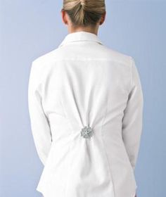 Make your jacket more form fitting by cinching in the back with a brooch pin. So clever. Read the post for additional fashion inspiration.