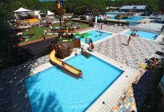 Ca Savio Gezellige Camping In Groen Pijnbomenbos 2 Zwembadcomplexen Met Leuk Piratenschip Direct Gelegen Aan Breed Zandstrand Populaire Beachbars Op 5 Kinderbad
