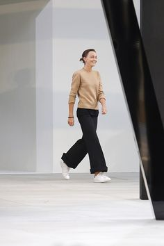 Phoebe Philo at Celine Spring 2015 fashion show Phoebe Philo, Fashion Week Paris, Fashion Show, Fashion Design, Celine, Fashion Gone Rouge, Garance, Stan Smith Sneakers, Mode Inspiration