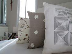 As almofadas 100% linho bordadas que ganhei da itsy e um tour pela minha casa